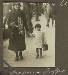 Margot Frank and her grandmother, Rosa Holländer-Stern (1929)