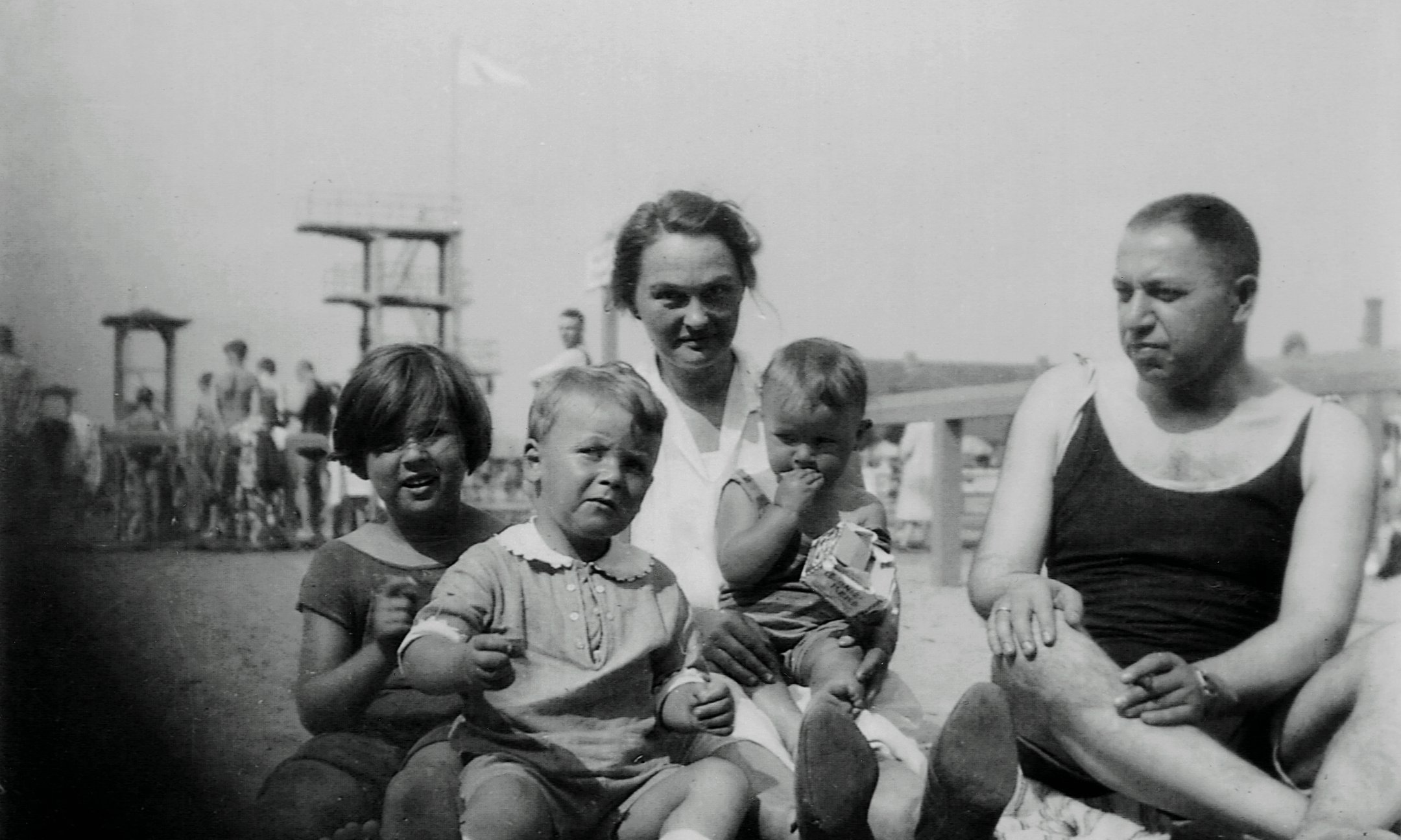 Peter van Pels on the beach with the Jacobson family, around 1927. From left to right: Elsa Jacobson, Peter van Pels, Maria (nanny) with Ralph Jacobson on her lap, father Ernst Jacobson.