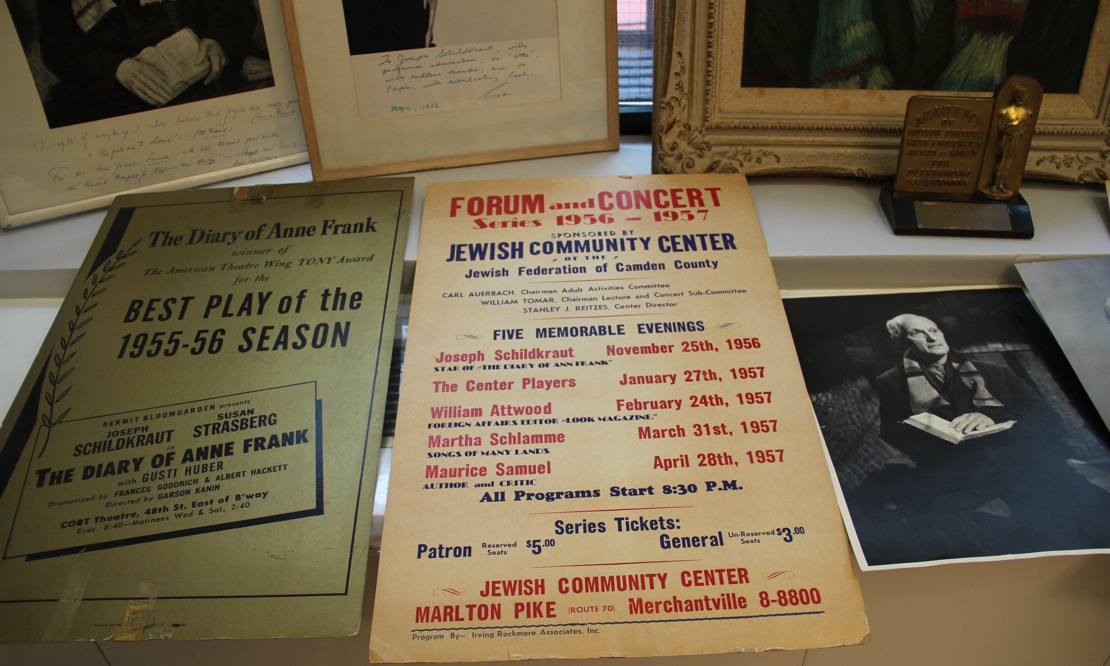 Aankondigingen van het toneelstuk The Diary of Anne Frank en foto's uit de collectie van Joseph Schildkraut