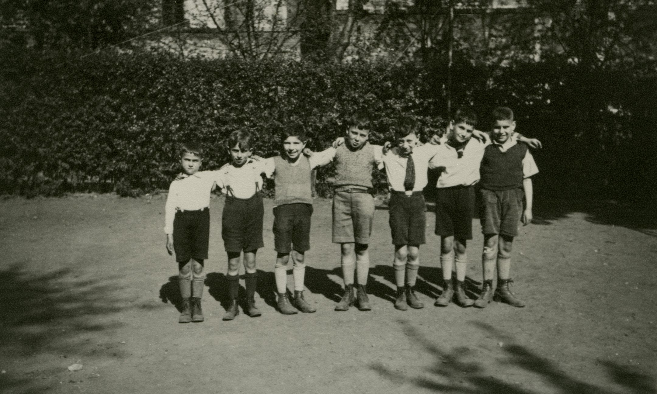 Because many children are emigrating, a farewell photo is taken of a few boys from Peter's class, around 1936. Peter is in the middle.