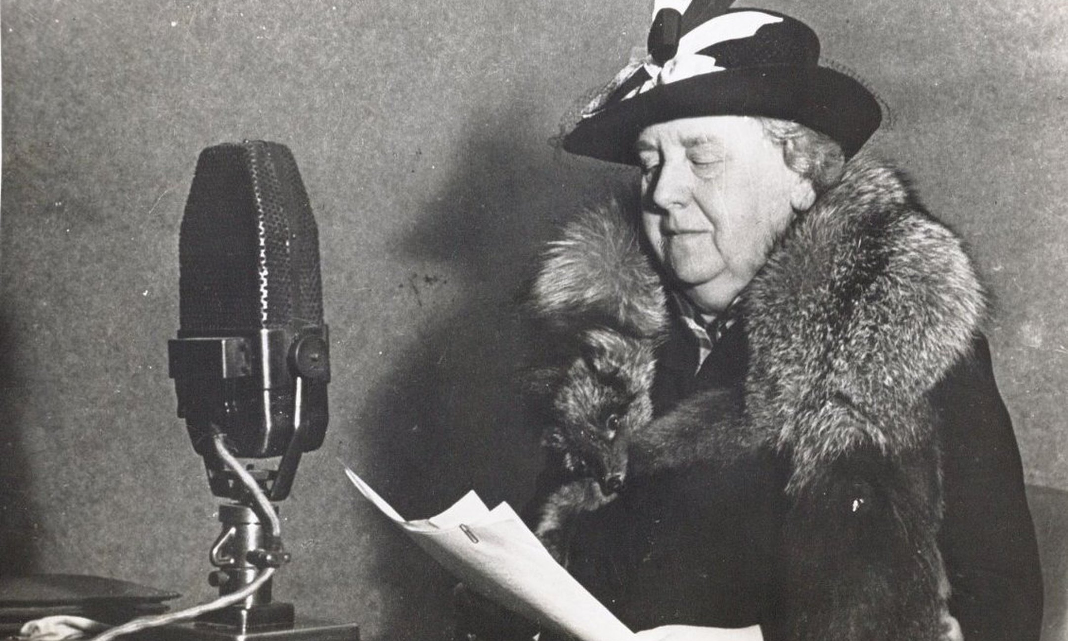 From England, Queen Wilhelmina made every effort to support the occupied Netherlands. Here, she addresses the Dutch citizens via Radio Oranje