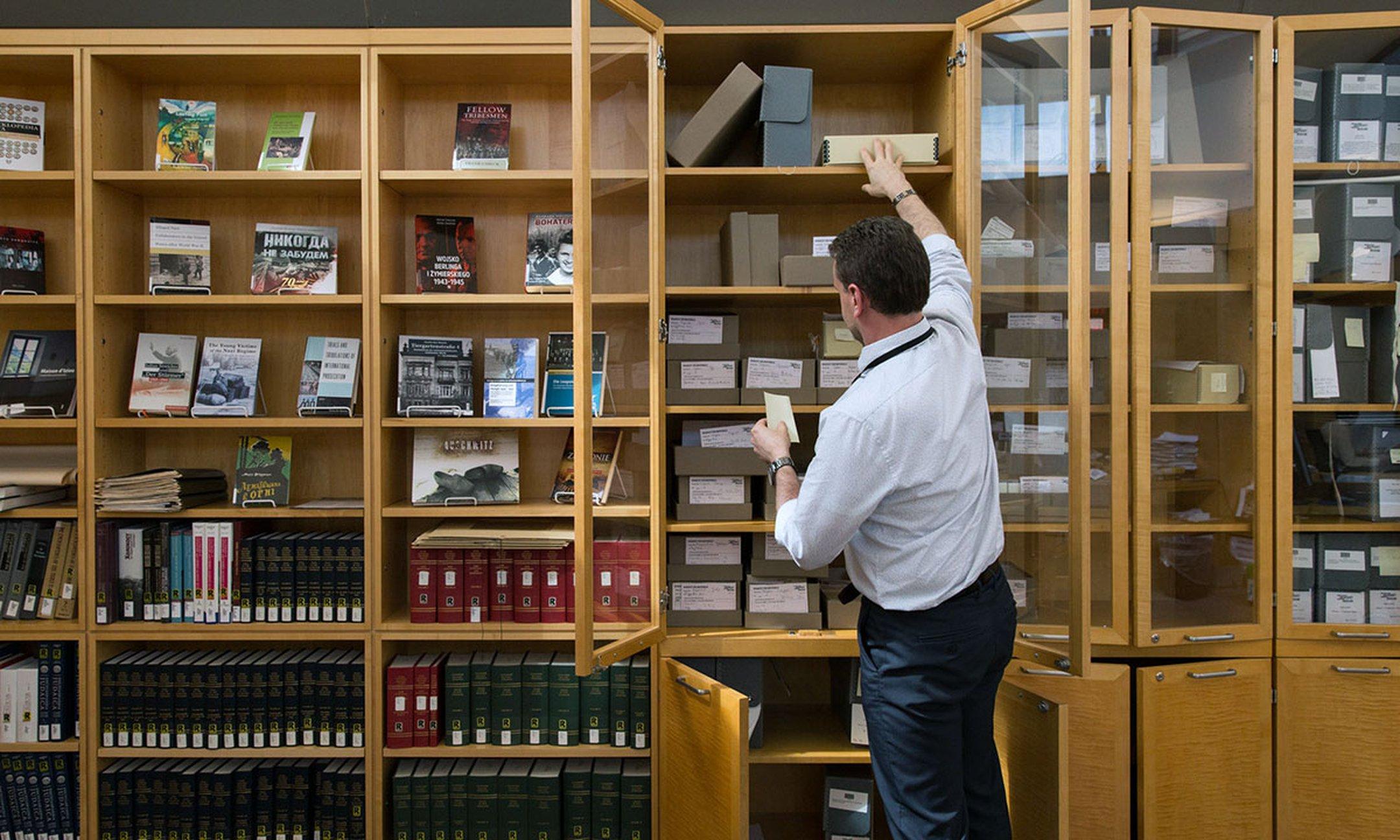 La sala de lectura del Museo Conmemorativo del Holocausto de los Estados Unidos en Washington