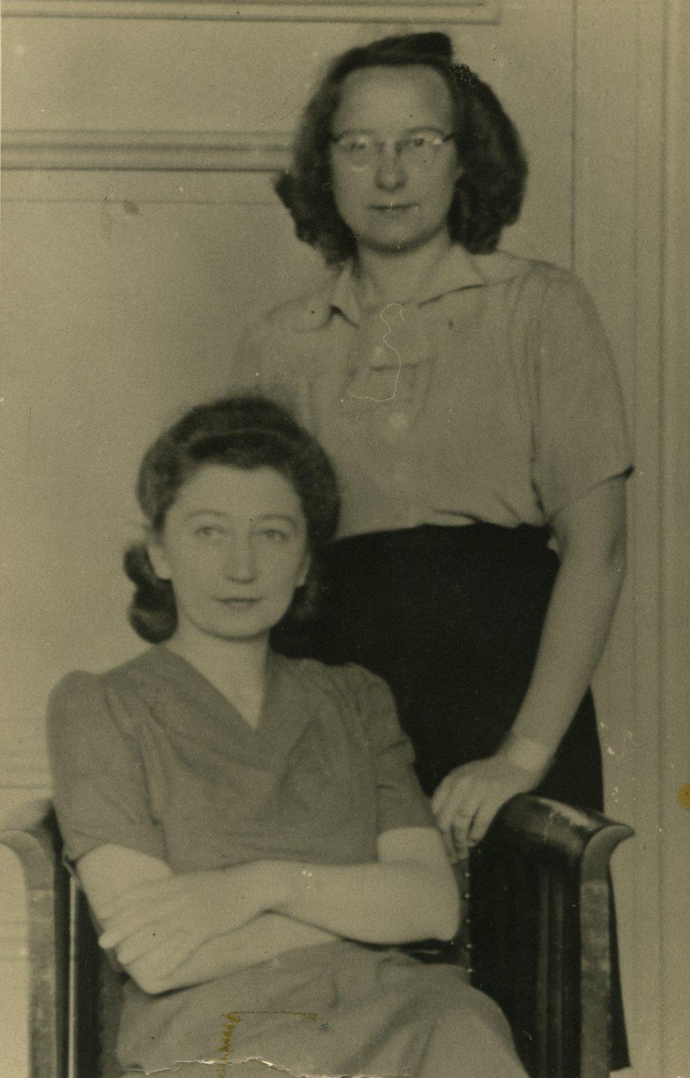 Miep Gies (links) en Bep Voskuijl in het voorkantoor, oktober 1945.