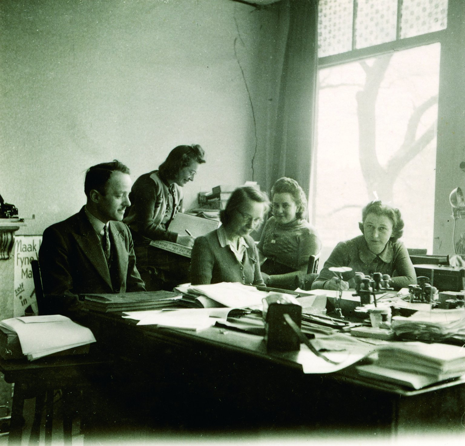 Some of Otto Frank's employees in 1941. From left to right: Victor Kugler, Esther, Bep Voskuijl, Pine Wuurman and Miep Gies. Esther's last name is unknown. In 1942 Esther and Pine no longer work for Opekta.