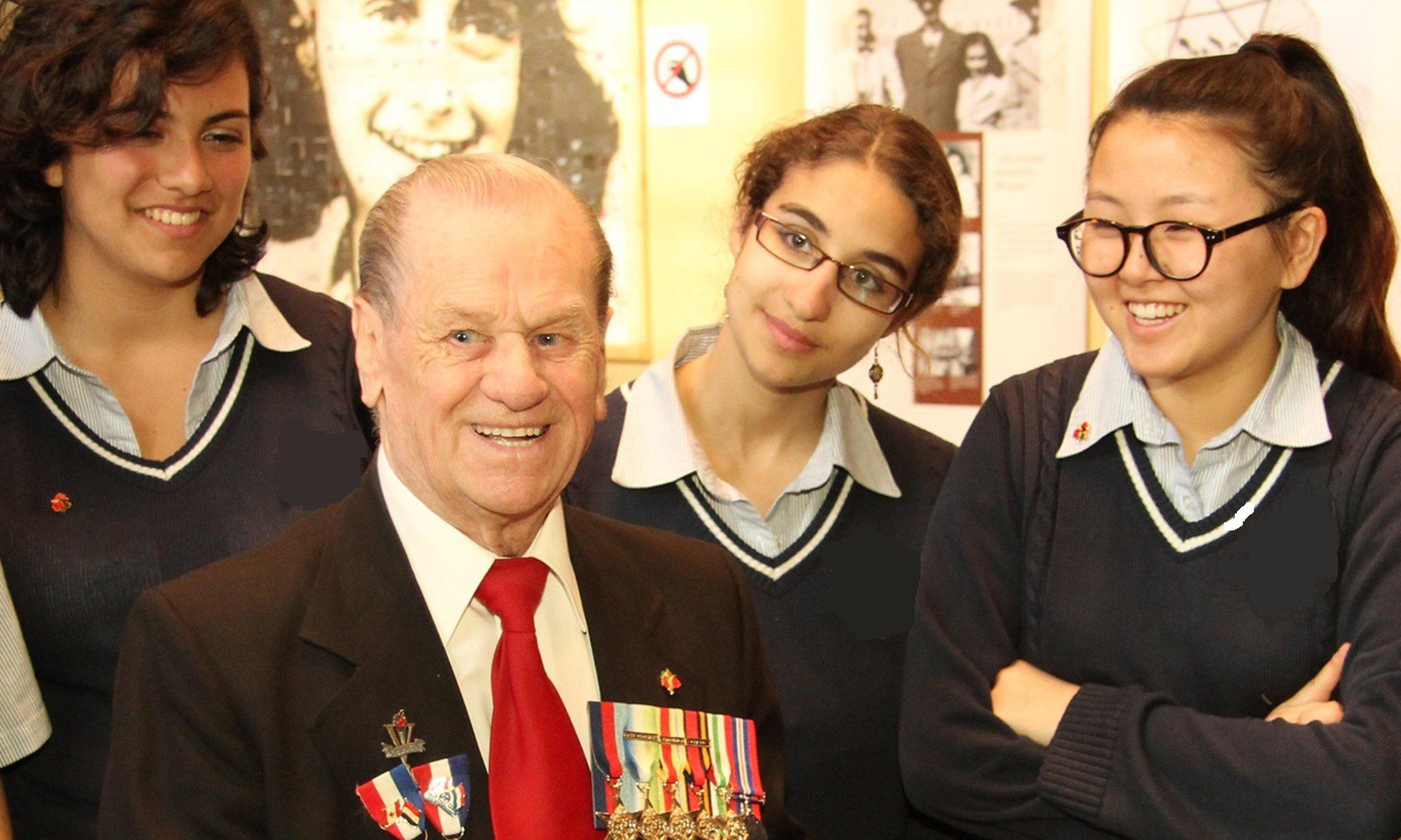 Jongeren uit Montreal in gesprek met een Canadese veteraan uit de Tweede Wereldoorlog