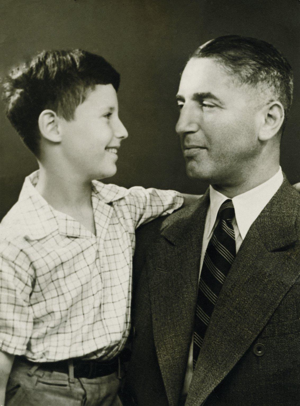Fritz Pfeffer mit seinem Sohn Werner, um 1938. Werner überlebt den Krieg und geht später in die USA, wo er den Namen Peter Pepper annimmt. Er stirbt 1995.