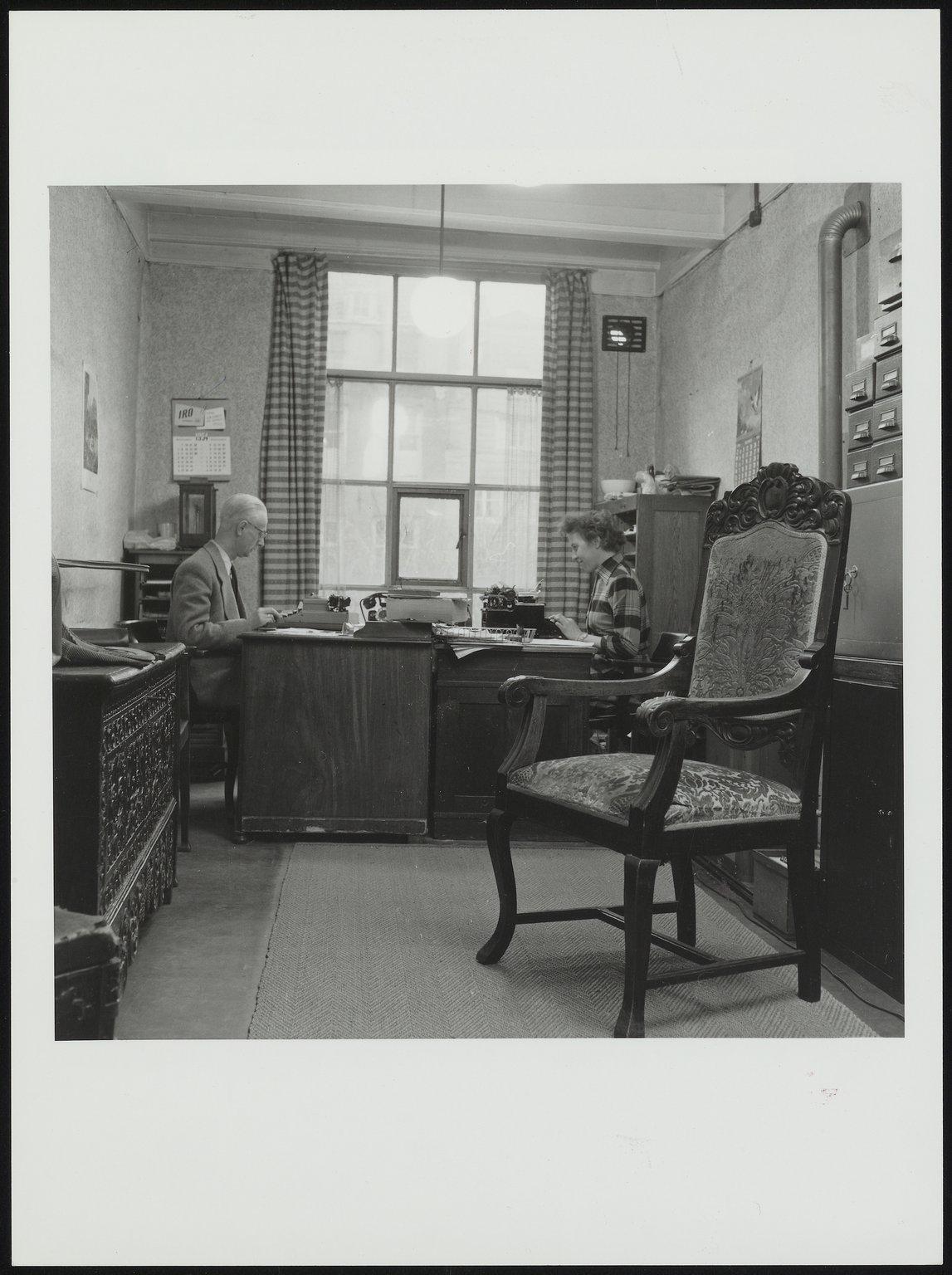Johannes Kleiman en secretaresse Jeanne Kwakernaak in het privé-kantoor (1954).