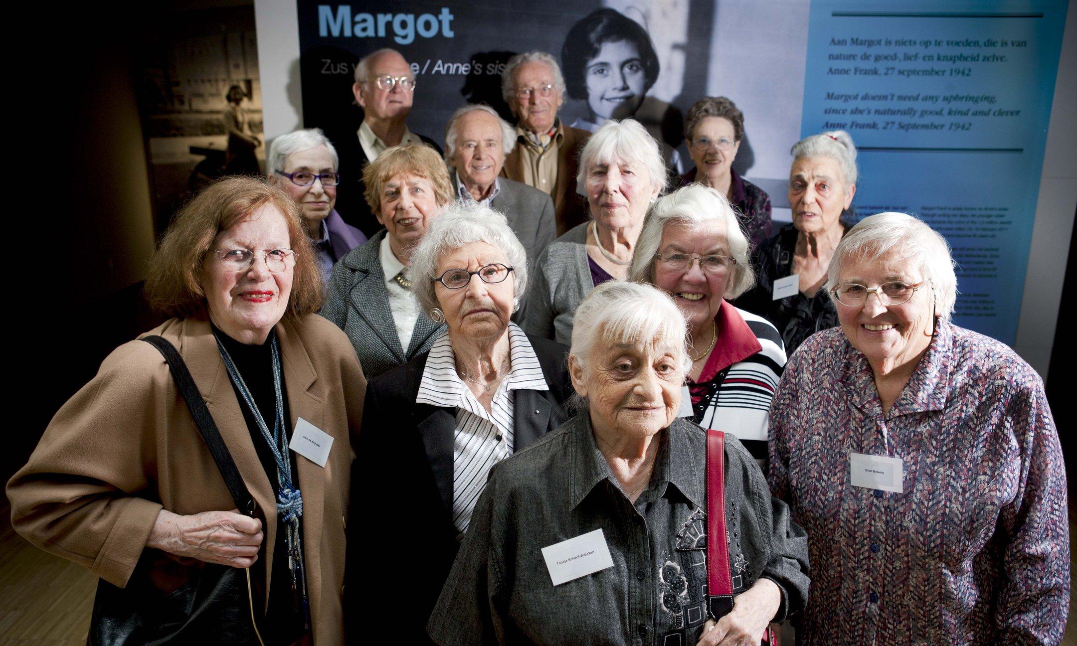 Vrienden en klasgenoten bij de opening van de tentoonstelling over Margot Frank op 15 maart 2011