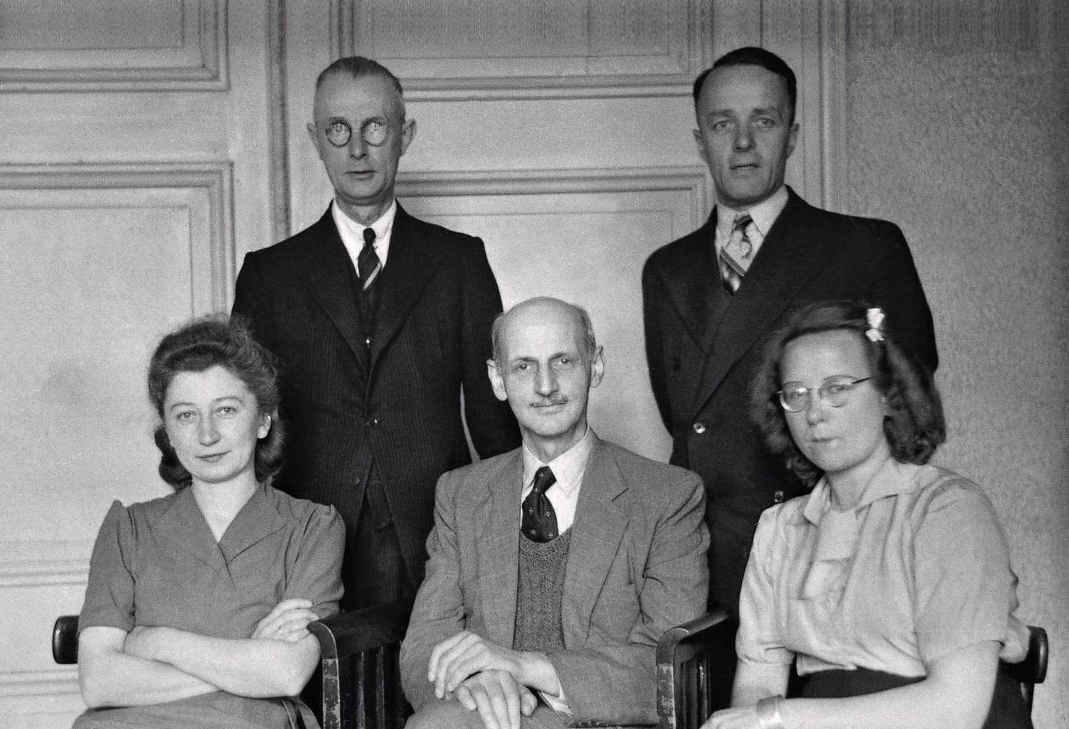 Otto Frank with the helpers in the office at Prinsengracht 263, October 1945. From left to right: Miep Gies, Johannes Kleiman, Otto Frank, Victor Kugler, and Bep Voskuijl.