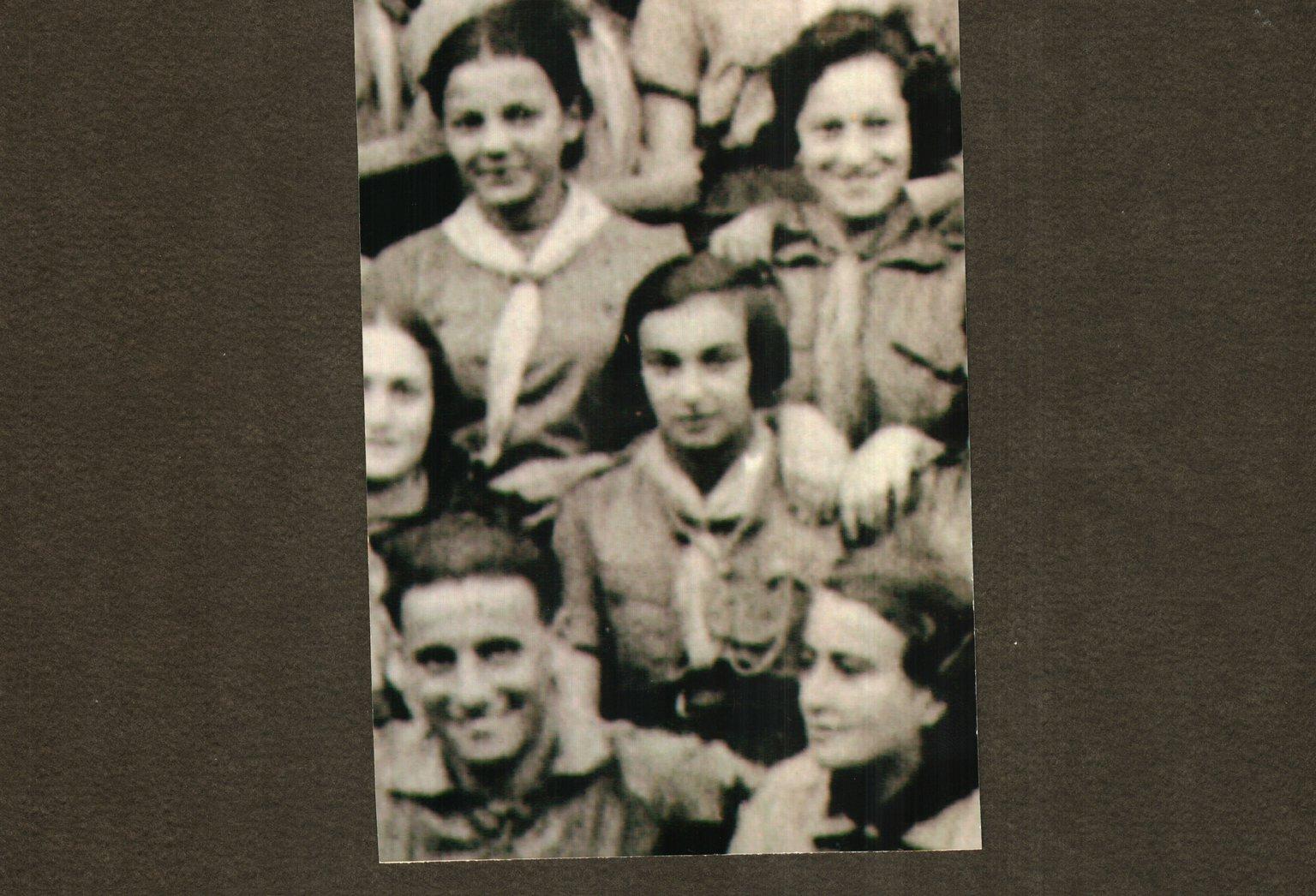 Dagboekschrijfster Elsa Binder (midden) uit Polen. In het Joodse getto Stanisławów hield ze een dagboek bij.