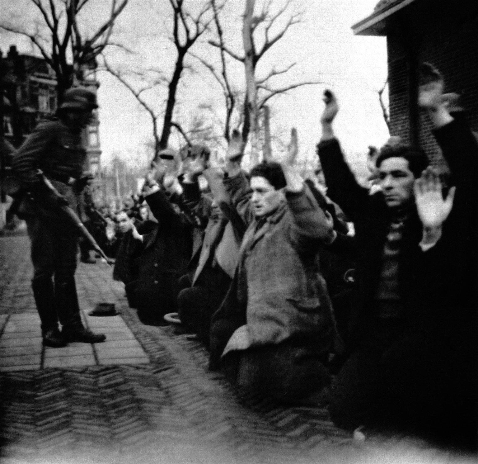 Razzia op Jonas Daniël Meijerplein. Amsterdam, 22 of 23 februari 1941