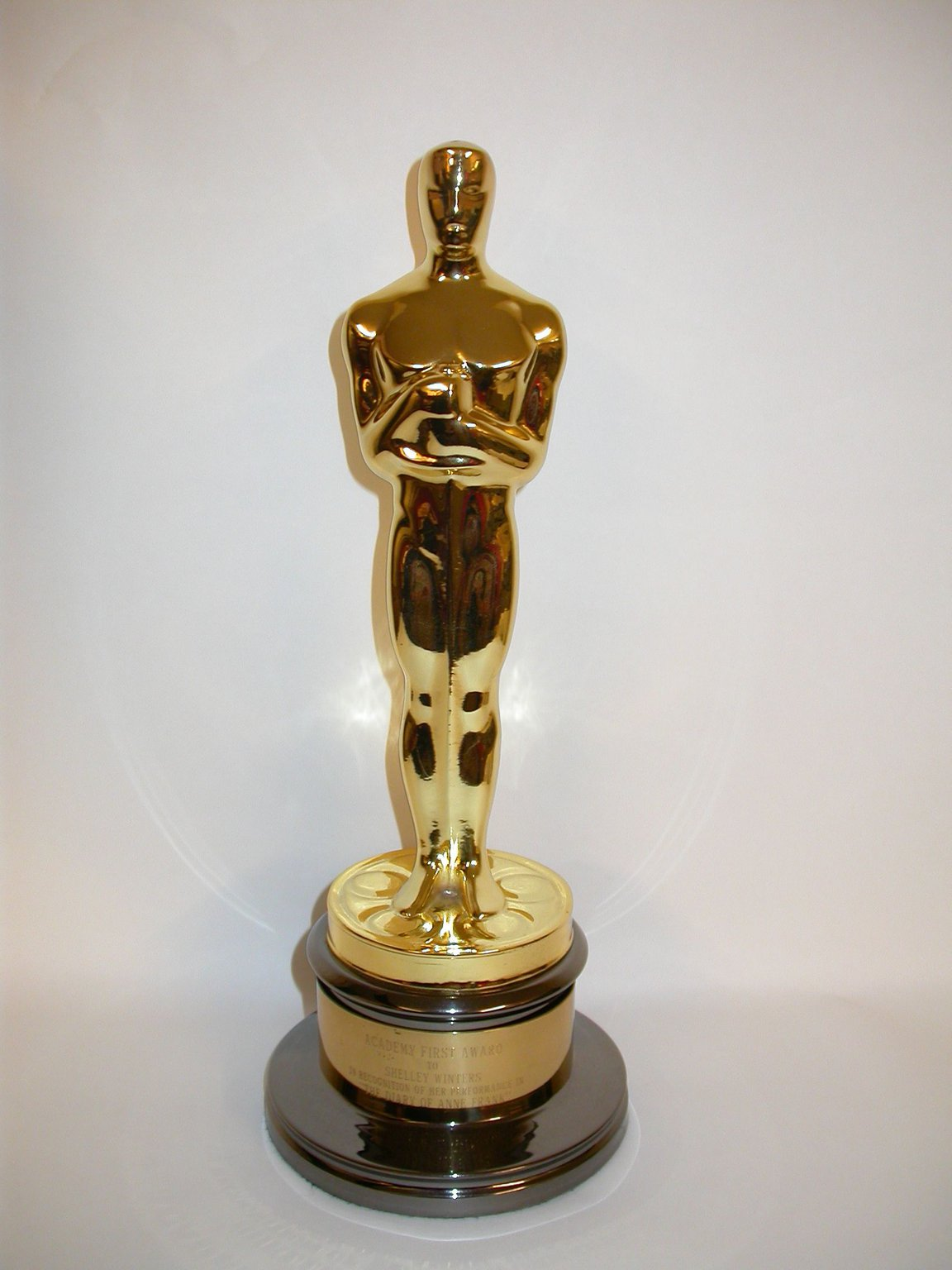In 1960, Shelley Winters receives an Oscar for her role as Auguste van Pels in the film The Diary of Anne Frank. In 1975, she donates the statuette to the Anne Frank House.
