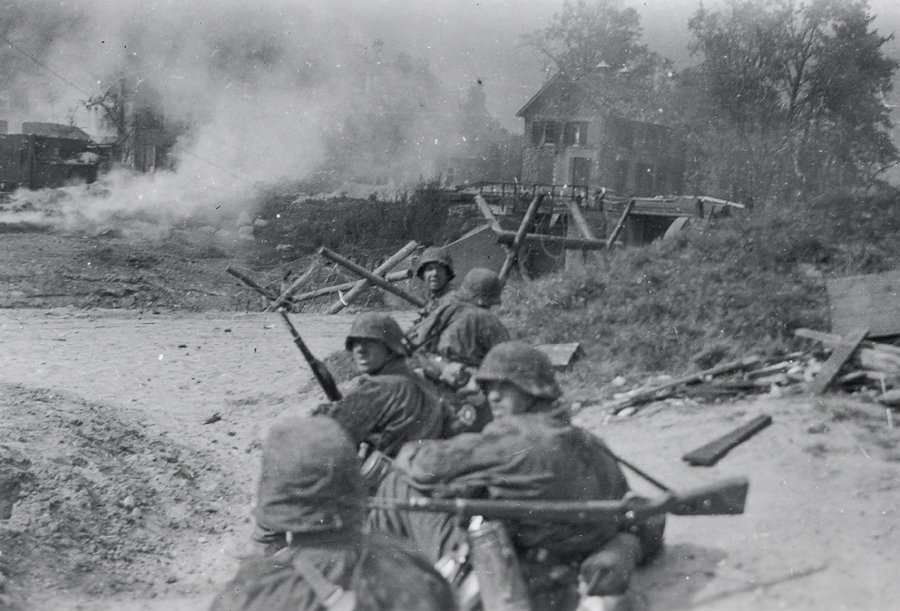 """Bestorming van de Grebbeberg door het SS-Regiment """"Der Führer"""". 12 mei 1945"""