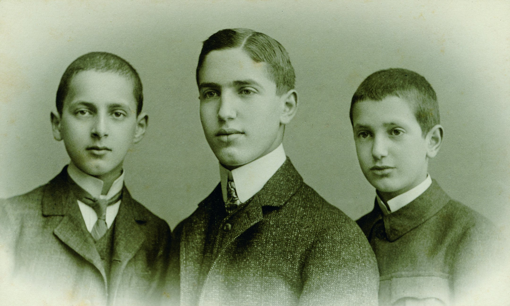 Fritz Pfeffer (Mitte) mit zwei seiner Brüder, um 1910.