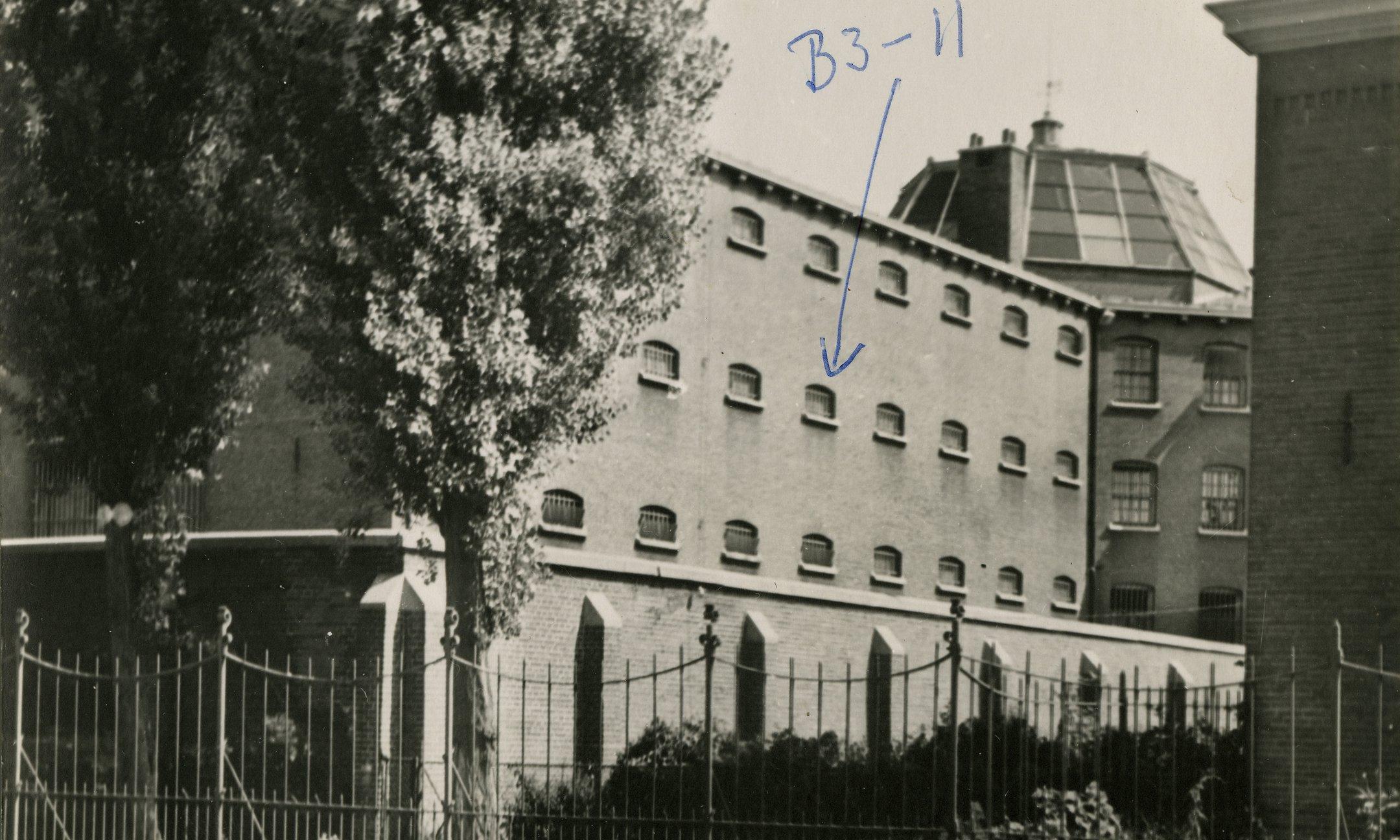 In deze gevangenis in Amsterdam zaten Johannes Kleiman en Victor Kugler een maand gevangen na hun arrestatie. Victor Kugler heeft zijn cel aangegeven.