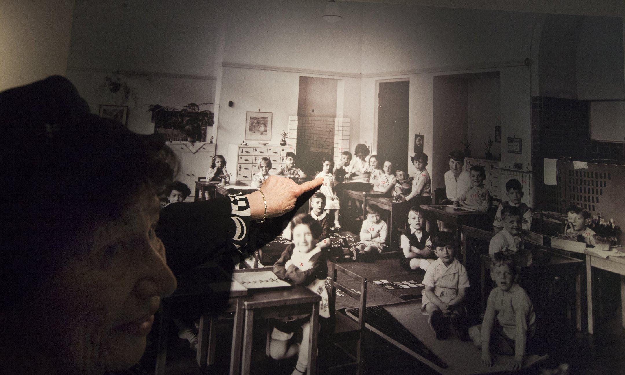 Annes vriendin, Hannah Pick-Goslar, bij een klassenfoto van de Montessorischool (2015)