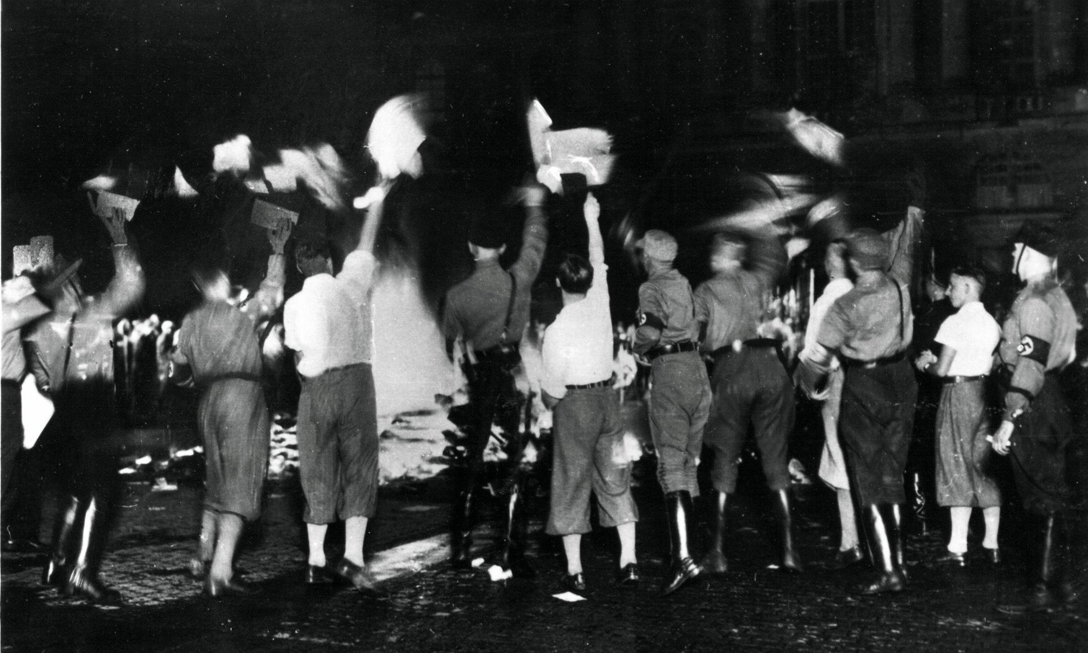 Studenten verbranden op 10 mei 1933 'on-Duitse' boeken op de Opernplatz in Berlijn. Ook in andere universiteitssteden gooiden studenten de boeken van schrijvers als Karl Marx, Sigmund Freud en Erich Maria Remarque in het vuur. Datum: 10 mei 1933.