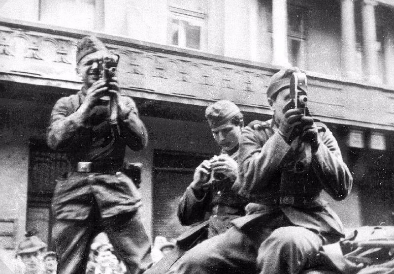 German soldiers are filming a pogrom. Lwów (Lviv, Ukraine), June or July 1941.