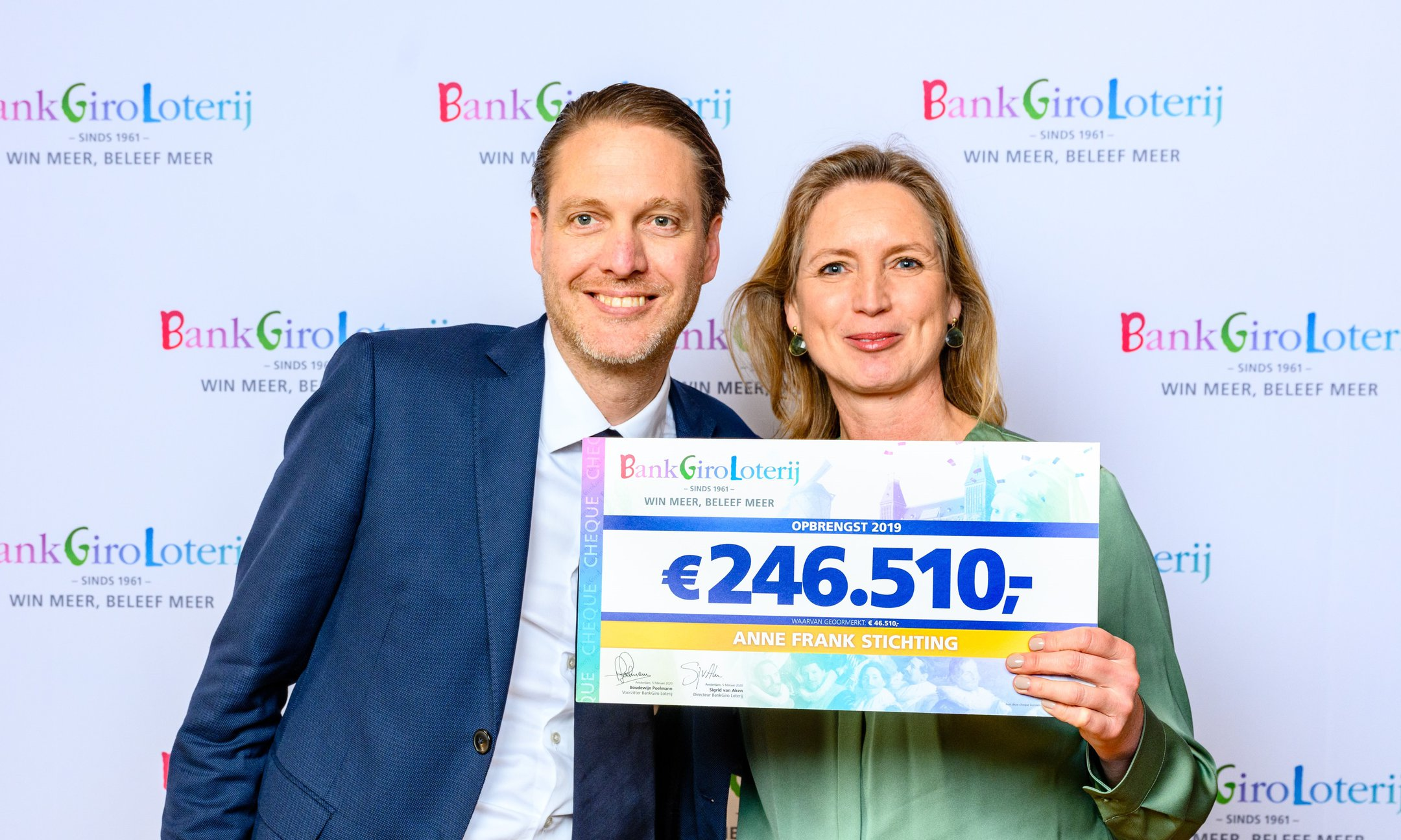 Zakelijk directeur Garance Reus-Deelder ontvangt uit handen van Geert Friebel, hoofd Marketing & Partnerships van de BankGiro Loterij, de cheque met de opbrengst van 2019