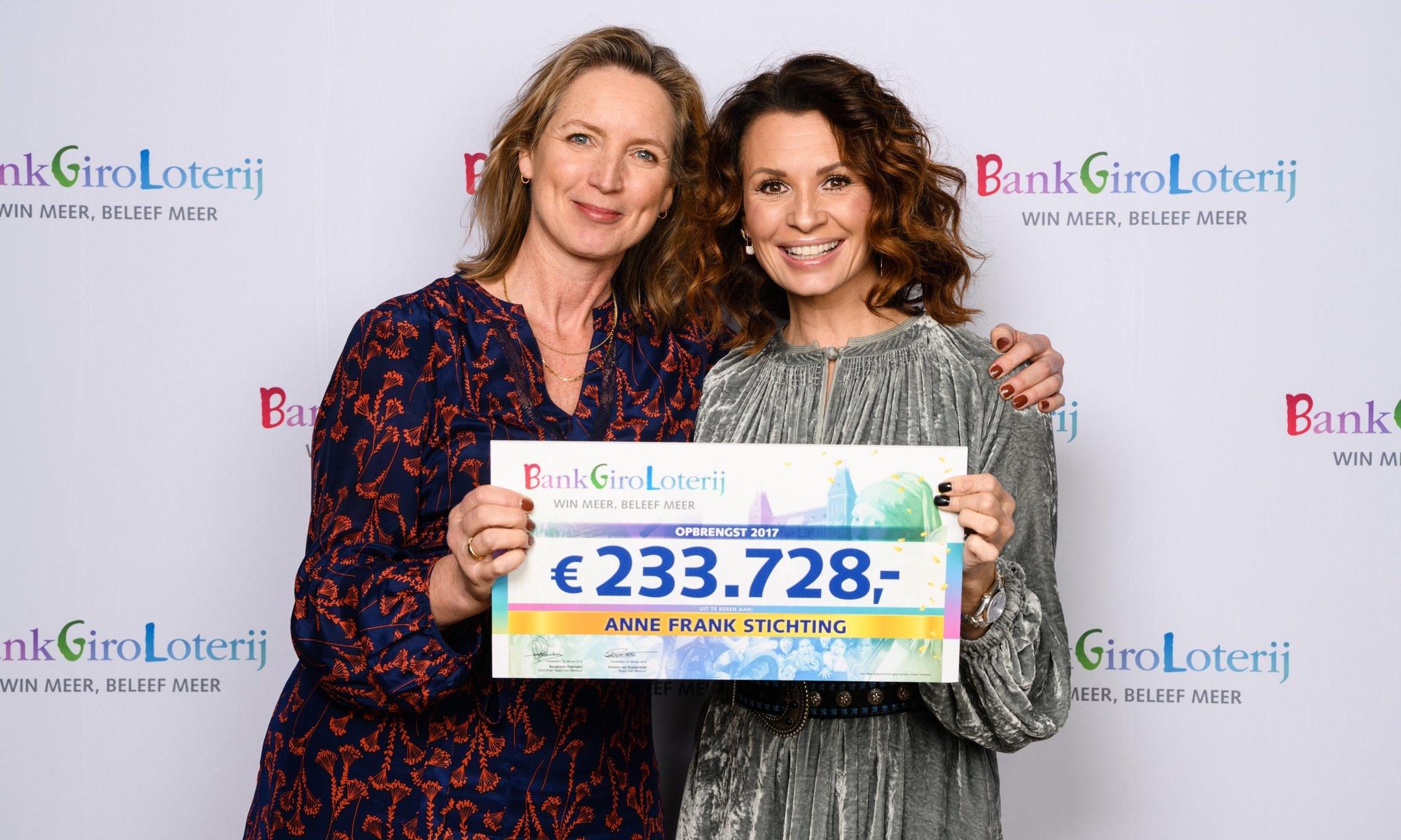 Garance Reus-Deelder, zakelijk directeur van de Anne Frank Stichting, ontvangt de cheque uit handen van Leontine Borsato tijdens het Goed Geld Gala