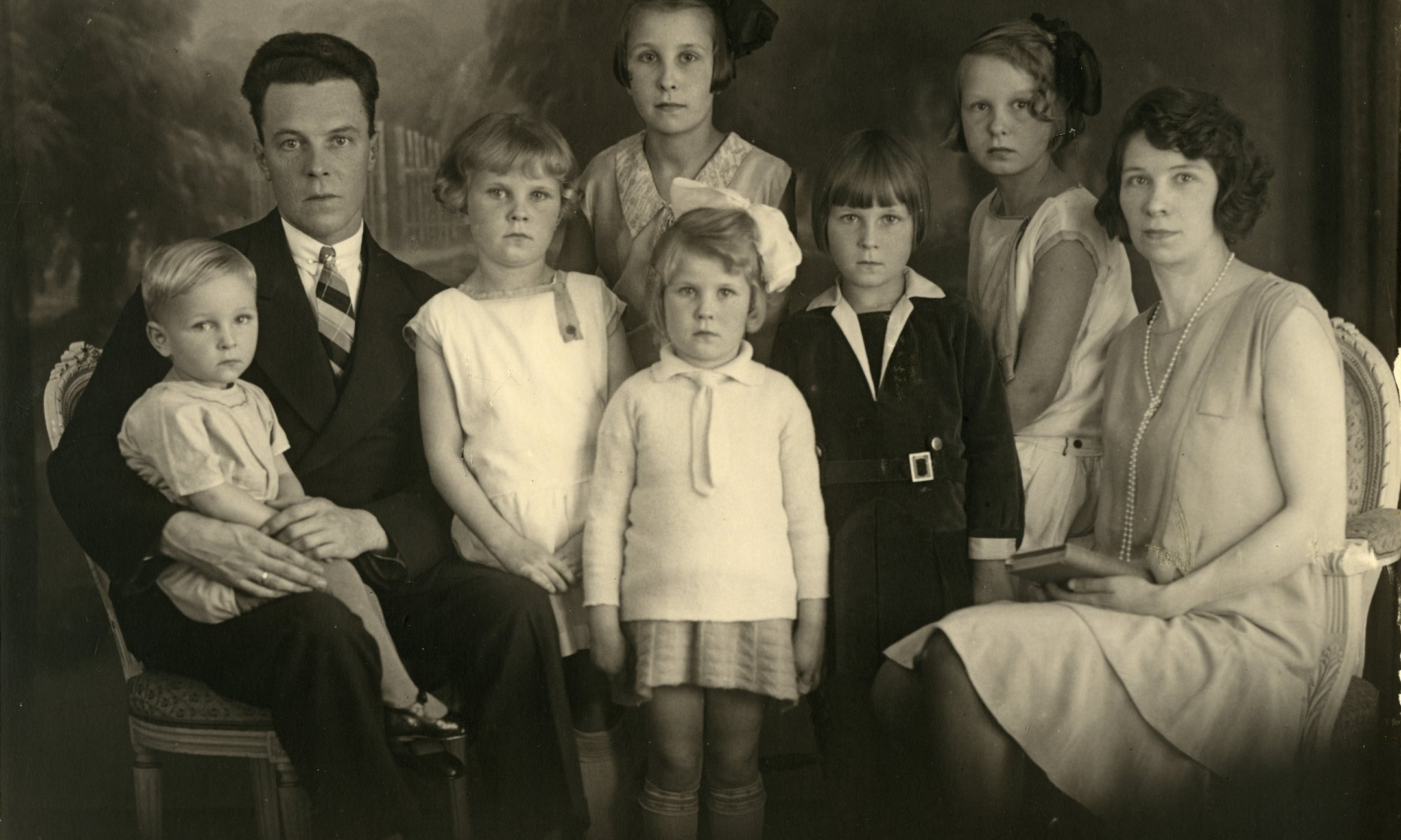 Johan Voskuijl with his family, around 1932. Bep is sitting next to her mother.