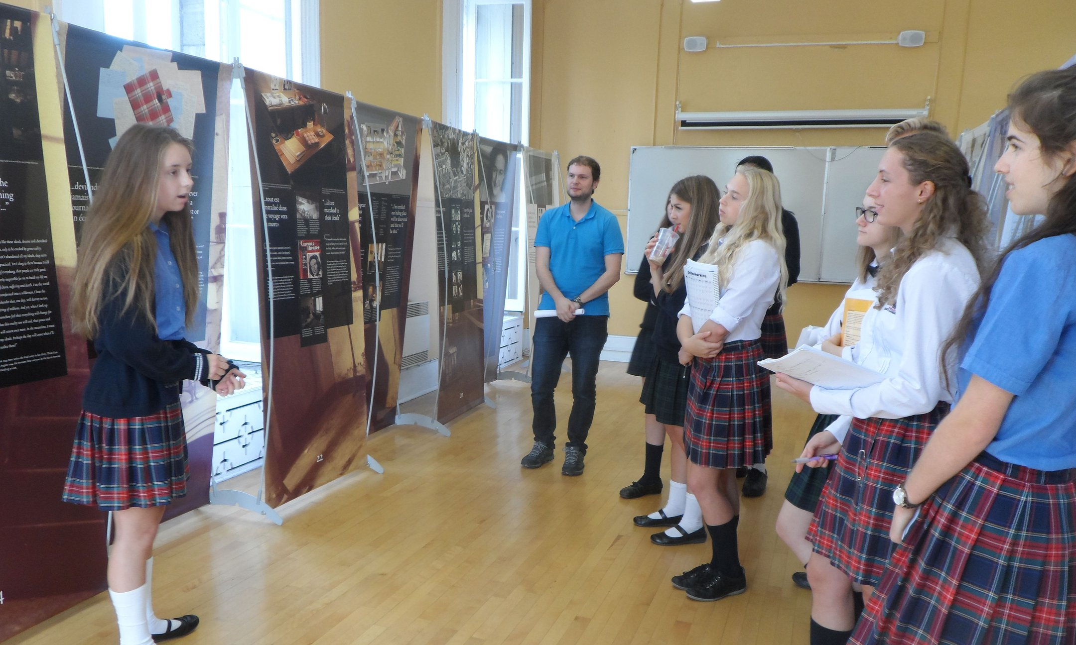 Students discussing the exhibition's themes with their peers in Terrebonne (October 2016)