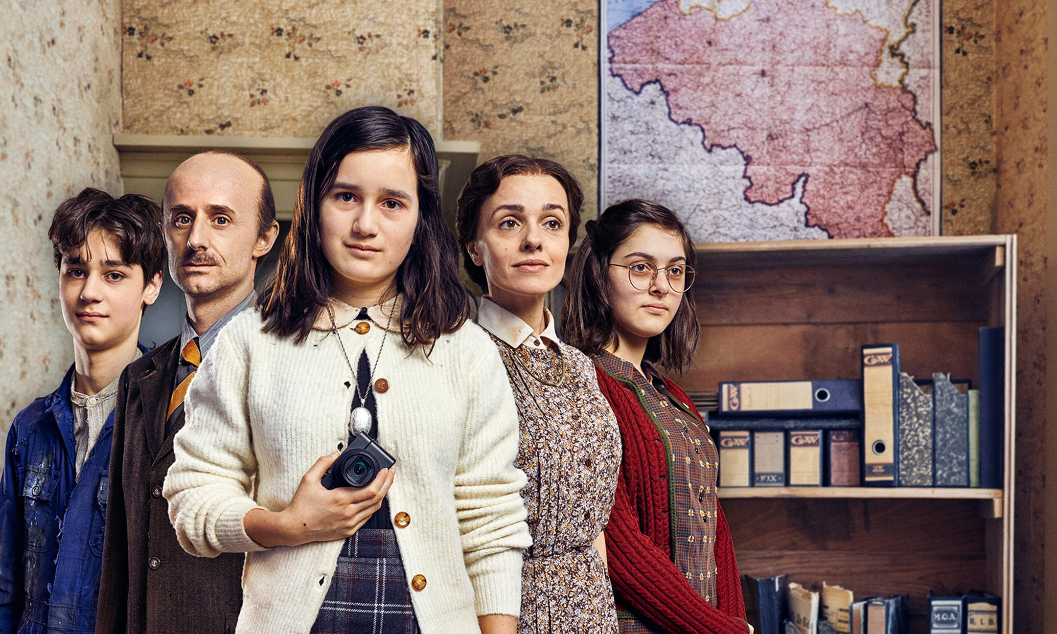 Part of the cast of the Anne Frank video diary, with Luna Cruz Perez in the middle.