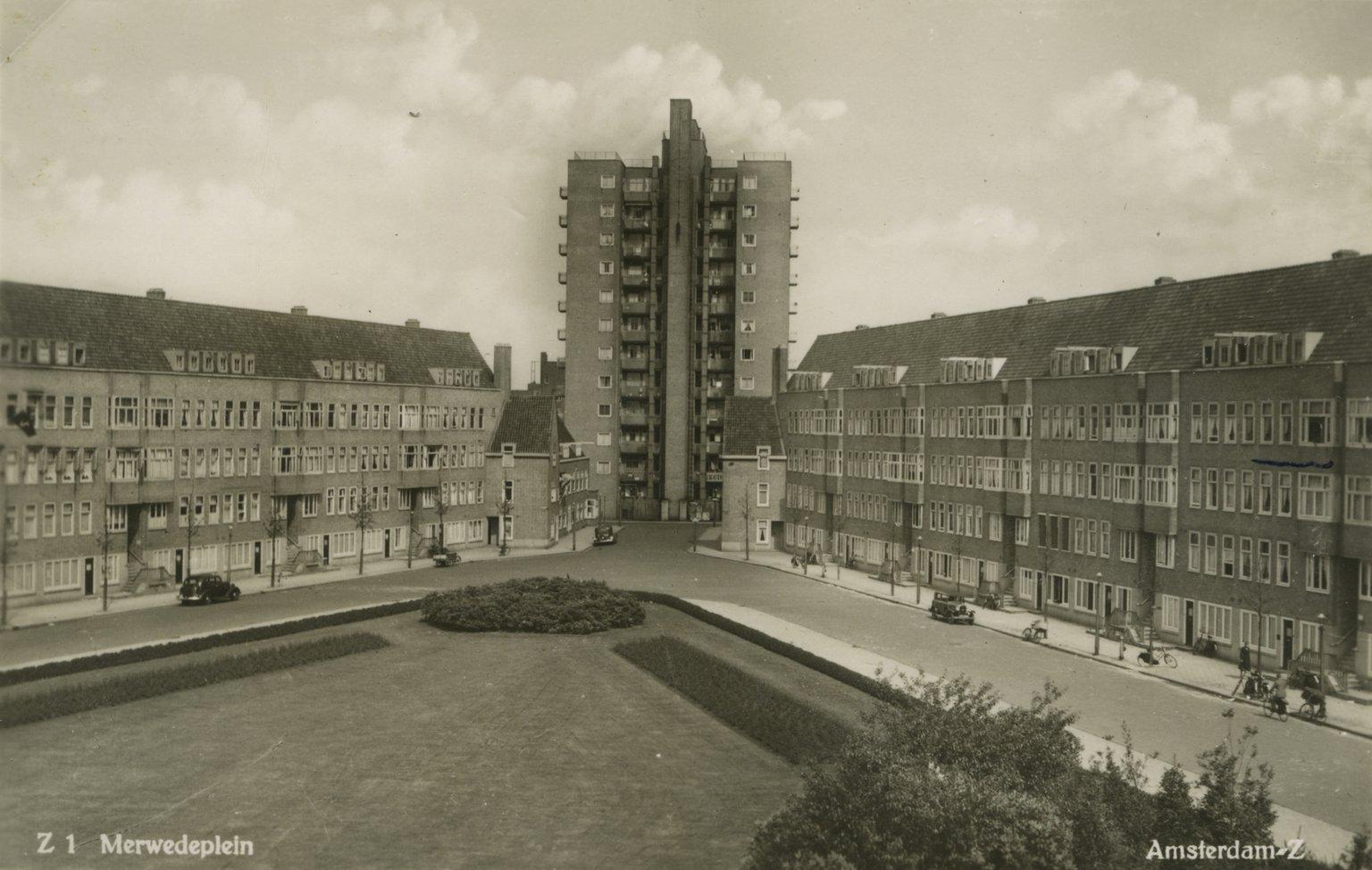 Prentbriefkaart van het Merwedeplein uit de jaren dertig van de 20ste eeuw. Anne heeft aangegeven (rechts, midden) waar de familie Frank woont.
