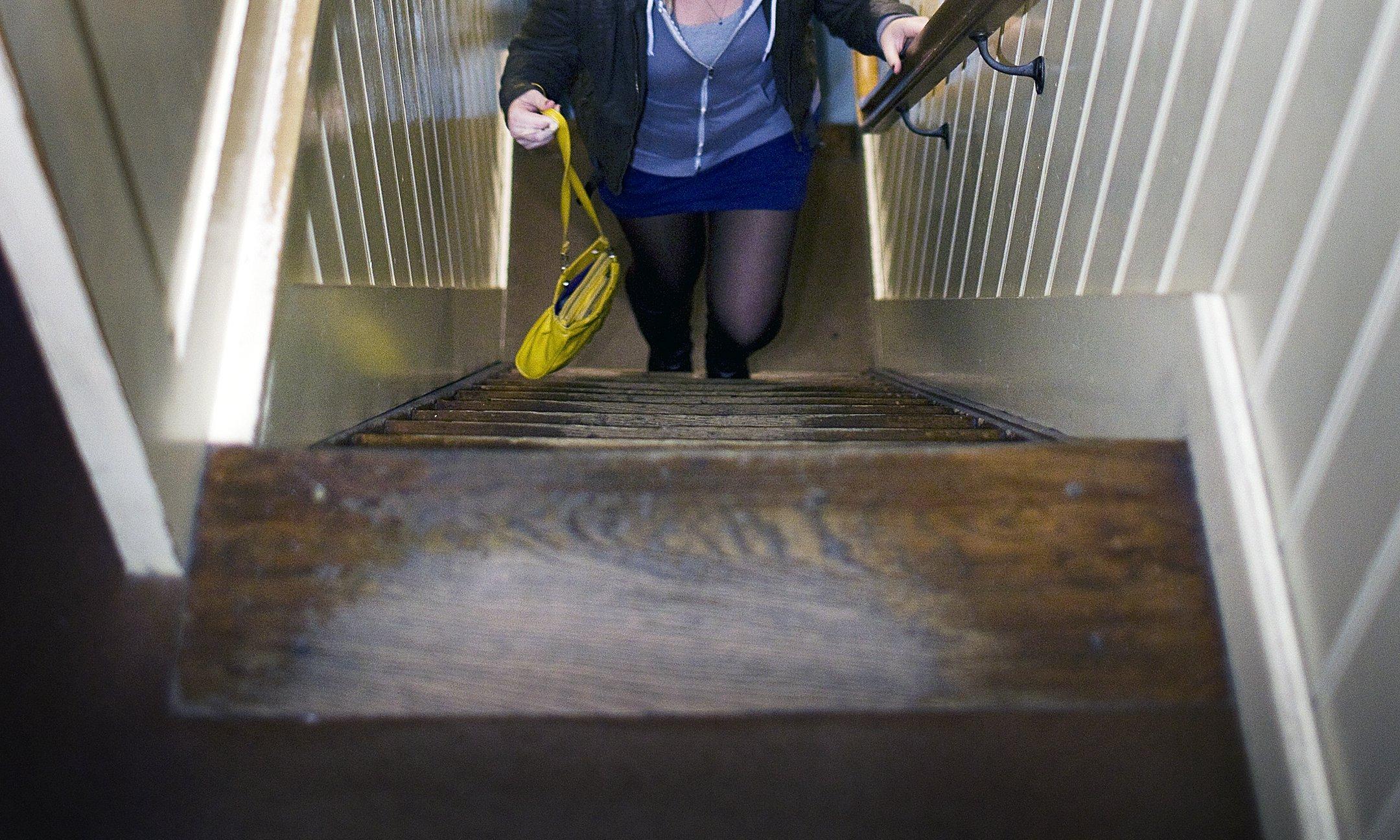 Escaleras empinadas en la Casa de Atrás