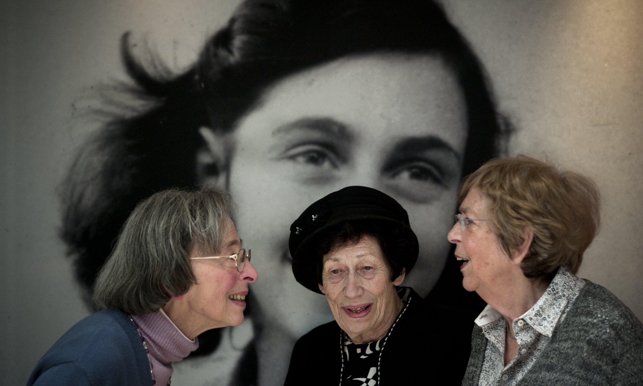 """Kitty Gokkel-Egyedi, Hannah Pick-Goslar y Jacqueline Sanders-van Maarsen en la inauguración de la exposición de Ana Frank: """"Ahora tengo quince años"""" (2012)"""